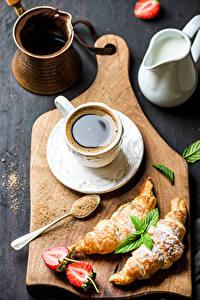 Фото Кофе Круассан Клубника Разделочная доска Чашка Продукты питания