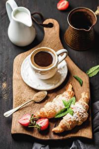 Картинки Кофе Круассан Клубника Разделочная доска Чашка Кувшин Продукты питания