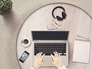 Картинки Кофе Пальцы Ноутбуки Наушники Блокнот Смартфон Чашка Руки Компьютеры