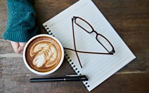 Обои Кофе Руки Шариковая ручка Очки Чашка Блокнот Пища