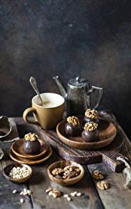 Фото Кофе Орехи Шоколад Конфеты Грецкий орех Доски Разделочная доска Чашка