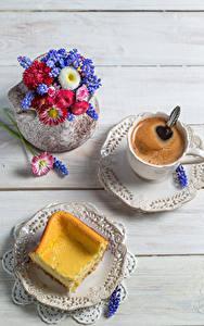 Фото Кофе Выпечка Букет Маргаритка Гиацинты Доски Чашка Тарелке Пища