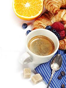 Фото Кофе Малина Черника Апельсин Круассан Белом фоне Чашке Ложки Сахара Пища