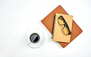 Фотографии Кофе Белым фоном Чашка Блокнот Очки Книга Пища