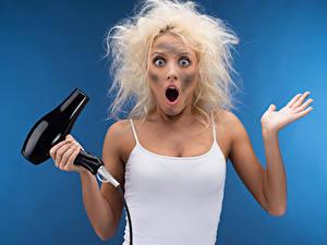 Фотографии Цветной фон Блондинка Эмоции изумление Руки Волосы Юмор