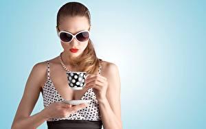 Фото Цветной фон Шатенка Очках Красными губами Кружка Рука Девушки