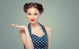 Обои Цветной фон Шатенки Рука Смотрит Красные губы Красивый молодая женщина