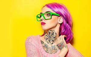 Картинки Цветной фон Розовая Мейкап Очков Тату Смотрит Волос девушка
