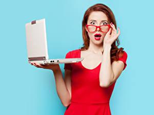Фотография Цветной фон Рыжих Очки Удивление Руки Красными губами Ноутбук Взгляд молодые женщины