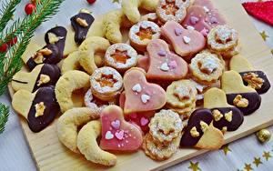 Картинки Печенье Выпечка Сахарная пудра Разделочной доске Сердечко