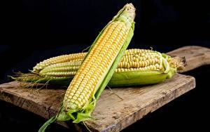 Обои Кукуруза На черном фоне Разделочная доска Двое Еда