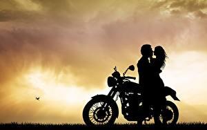Фотография Любовники Любовь Мужчины Силуэты Объятие Мотоциклы Девушки