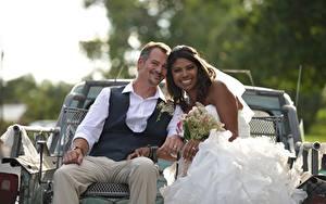 Фотография Любовники Мужчины Брак Двое Жених Невесты Улыбается Брюнетка Сидит Негры девушка