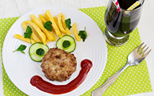 Фото Оригинальные Картофель фри Мясные продукты Огурцы Тарелка Вилка столовая