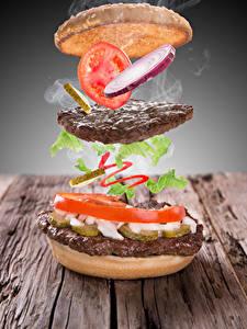 Обои Креатив Гамбургер Котлеты Помидоры Овощи Доски Продукты питания
