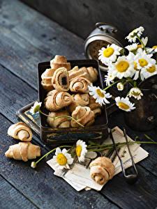 Обои для рабочего стола Круассан Ромашки Доски Продукты питания Цветы
