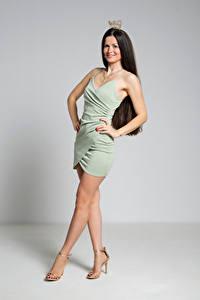 Фото Корона Брюнетки Поза Платье Ног Улыбка Antonija молодые женщины