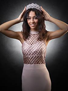 Фотография Корона Поза Платья Рука Улыбка Шатенки молодые женщины