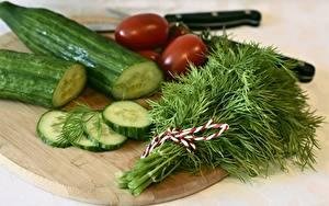 Фотография Огурцы Укроп Разделочной доске Нарезанные продукты Продукты питания