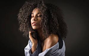 Картинки Кудрявые Взгляд Руки Волосы Брюнетка Daniela молодая женщина