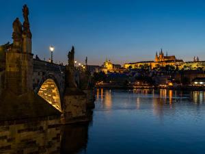 Обои для рабочего стола Чехия Прага Река Мост Скульптуры Ночные Уличные фонари Города