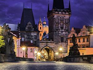 Картинки Чехия Прага Дома Мосты Дороги Скульптуры Ночные Уличные фонари Города
