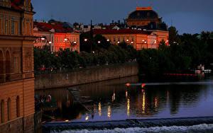 Обои Чехия Прага Дома Речка Вечер Причалы Уличные фонари город