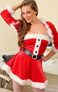 Картинки Daisy Watts Рождество Шатенки Рука Смотрит Униформе Позирует девушка
