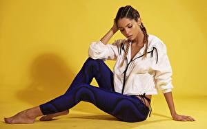 Фотография Сидящие Куртке Косички Шатенки Ног Позирует Daniela девушка
