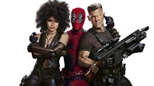 Фотографии Дэдпул Автоматы Огнестрельное оружие Мужчины Белый фон Трое 3 Deadpool 2 Фильмы