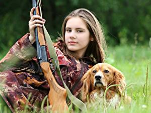 Фото Собаки Ружьё Шатенка Трава Взгляд Охота Девушки Животные