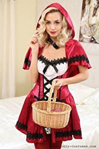 Фото Dominika Jandlova Coxy Красная Шапочка Блондинка Взгляд Капюшоном Руки Корзина девушка