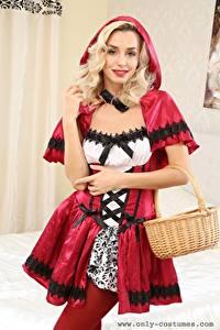 Картинки Dominika Jandlova Coxy Красная Шапочка Блондинки Позирует Взгляд Улыбка Руки Корзинка молодые женщины