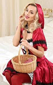 Фотография Dominika Jandlova Coxy Красная Шапочка Униформа Корзины Блондинка Улыбка Рука Сидящие девушка
