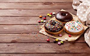 Фотографии Пончики Шоколад Драже Сладости Трое 3 Доски Продукты питания