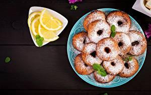 Фото Пончики Сахарная пудра Лимоны Тарелке
