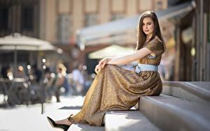 Картинка Платья Боке Сидящие Туфель Фотомодель Лестницы Шатенки Девушки