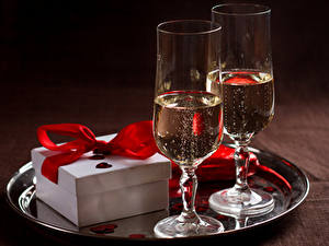 Картинки Напиток Игристое вино Бокалы Два Подарки Еда