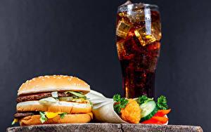 Обои для рабочего стола Напиток Гамбургер Булочки Котлета Овощи Фастфуд Coca-Cola Серый фон Стакан ребёнок