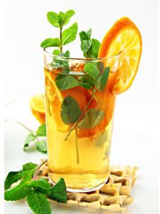 Фотография Напиток Апельсин Белом фоне Стакана Мяты Еда