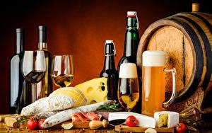 Фотография Напитки Вино Пиво Бочка Сыры Колбаса Ветчина Томаты Бокалы Кружки Бутылки Пища