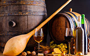 Фотография Напитки Вино Виноград Бочка Колбаса Сыры Орехи Бутылка Бокал Двое Пища
