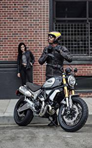 Фотографии Дукати Мужчины Мотоциклист Шлем 2018 Scrambler 1100 Special Мотоциклы