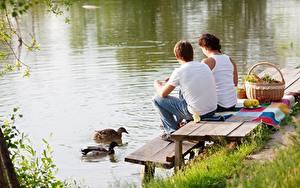 Фото Утки Мужчины Корзина 2 Сидящие Траве Пикнике животное