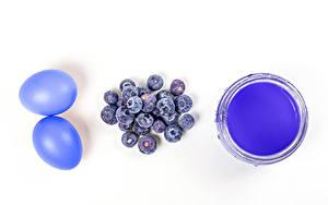 Фотография Пасха Черника Белым фоном Яйца Два Синий Краски Еда