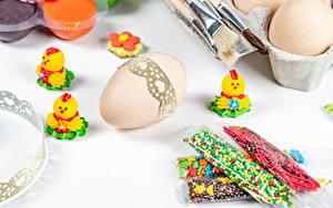 Картинка Пасха Цыплята Сладости Белым фоном Яйца