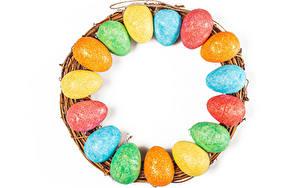 Фотография Пасха Много Белым фоном Яйцо Разноцветные Еда