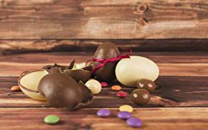 Фотографии Пасха Сладкая еда Шоколад Драже Доски Яйцо