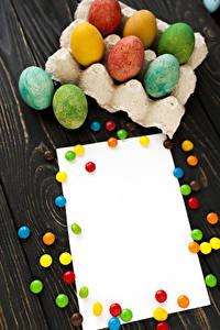 Картинки Пасха Сладкая еда Драже Доски Шаблон поздравительной открытки Яйцо Разноцветные Пища