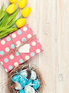 Фото Пасха Тюльпаны Доски Желтых Яиц Гнезда Подарки Цветы Еда